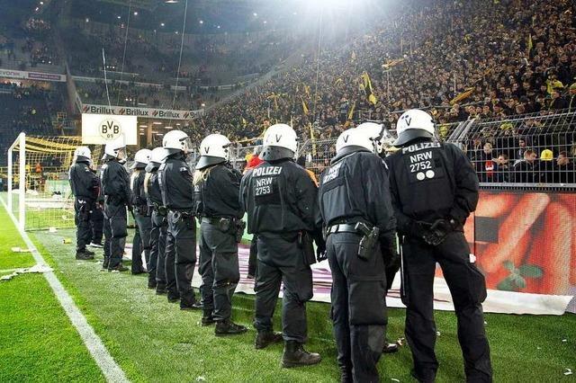 Warum braucht es beim Fußball so viel Polizei?