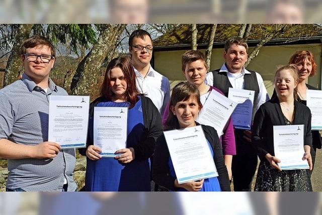 Acht Teilnehmer erhalten ihre Zertifikate