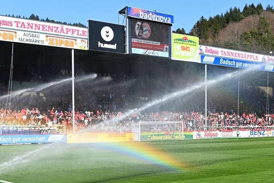 Regenbogen vor dem Anpfiff: Das Wetter im Schwarzwaldstadion war bereit für einen Schlagabtausch mit dem Rekordmeister aus München. (Foto: dpa)