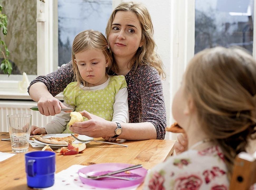 Kinder, Haushalt, Job – und die ...n Ansprüche: Mutter-Sein ist stressig   | Foto: Luca Abbiento/MGW