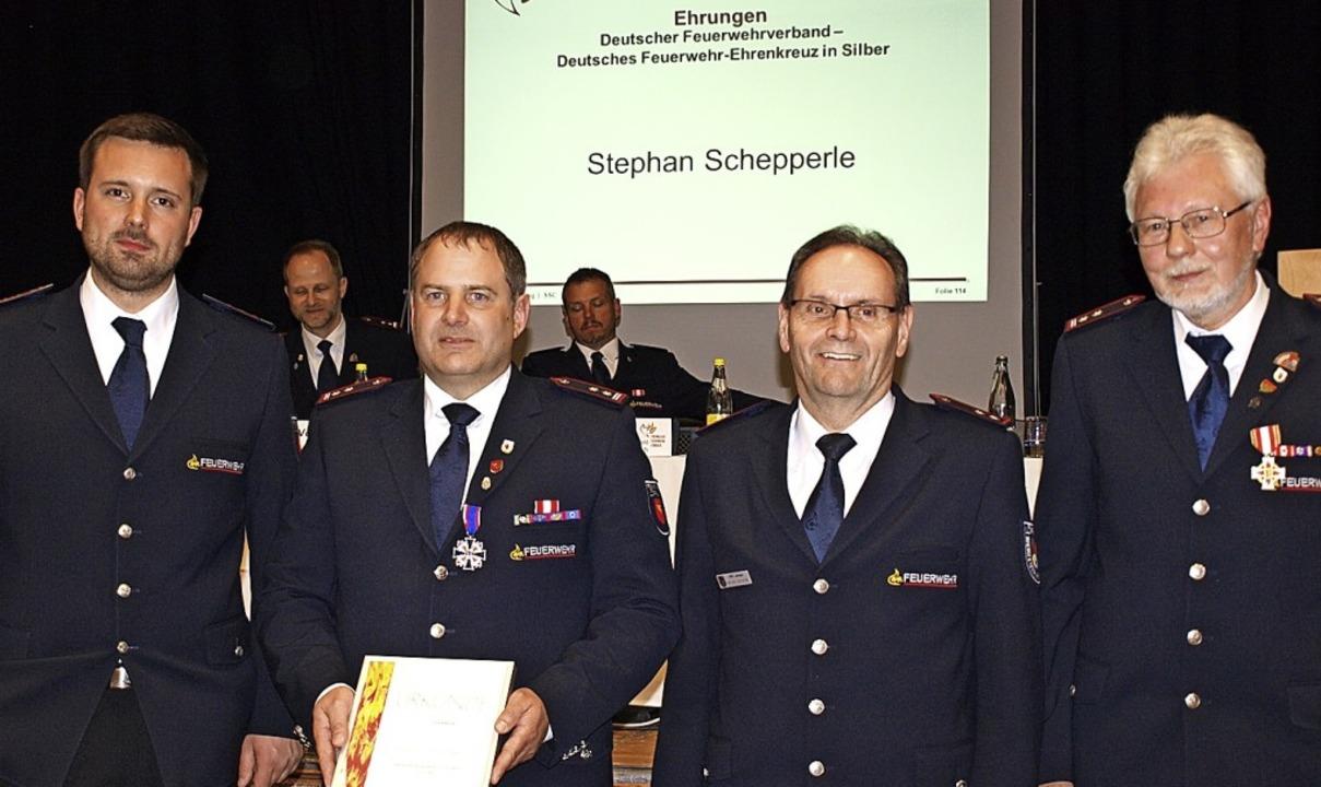 Wolfdieter Hasler (rechts) und  Stepha...dt (Dritter von links) ausgezeichnet.   | Foto: Paul Schleer