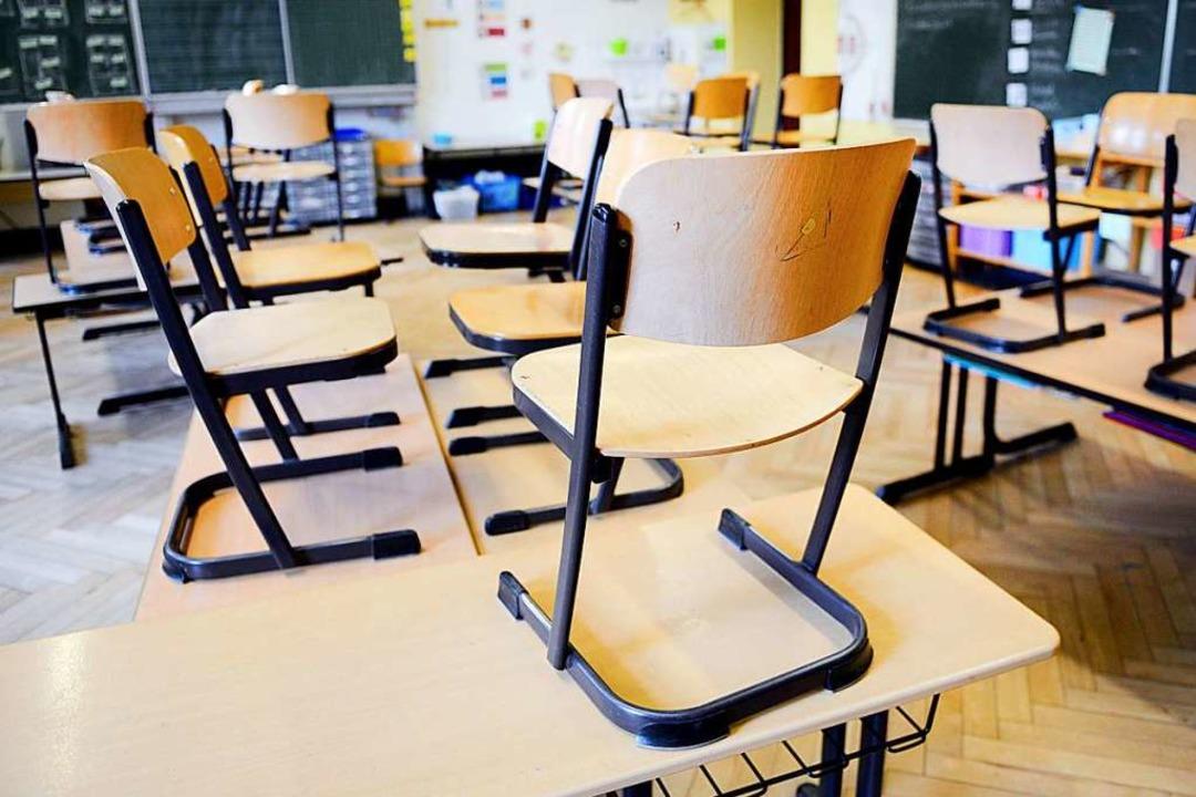 Stühle hoch: Wie oft darf Unterricht ausfallen?  | Foto: dpa