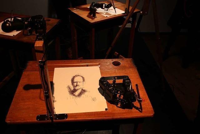 Roboter Paul zeichnet das Porträt eines Menschen – Ausstellung in der Reihe