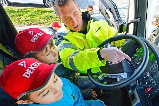Im Lkw-Führerhaus erleben Viertklässler, wie gefährlich der Tote Winkel ist