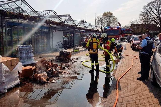 Mitarbeiter und Passanten löschen brennende Paletten der Gundelfinger Firma Sauter