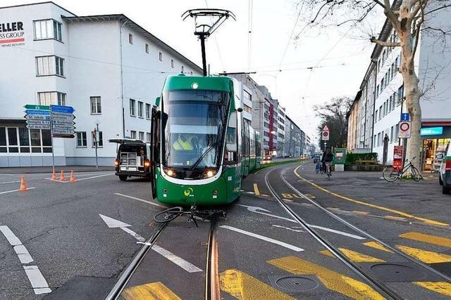 Ein Fahrradfahrer wird in Basel von einer Tram erfasst und schwer verletzt
