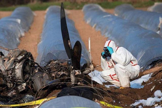 Helfer bergen drei Leichen nach Absturz von Propellerflugzeug