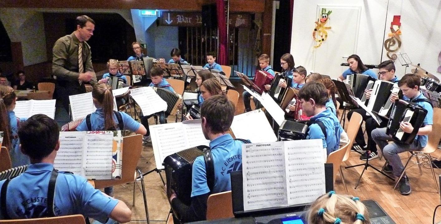 Ein stattliches Azubiorchester bewies,...Dirigent Uros Svete   gut gelernt hat.  | Foto: Karlernst Lauffer