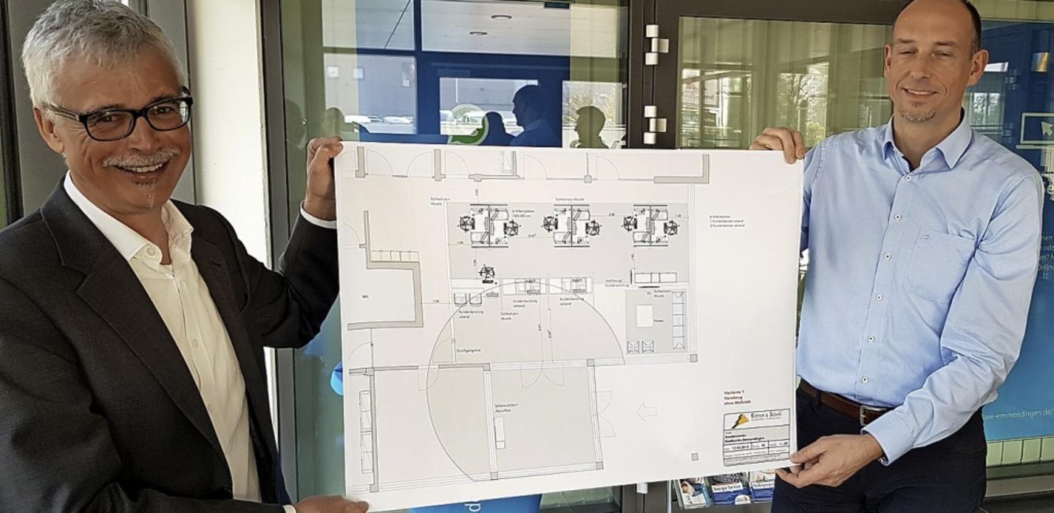 Das Foyer der Stadtwerke soll umgebaut...r Björn Michel präsentieren die Pläne.    Foto: Gerhard Walser
