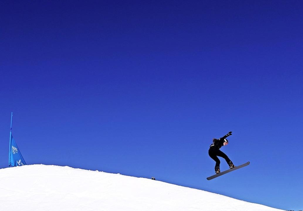 Völlig losgelöst: Snowboardcrosserin J...Löffingen ist Junioren-Weltmeisterin.     Foto: afp
