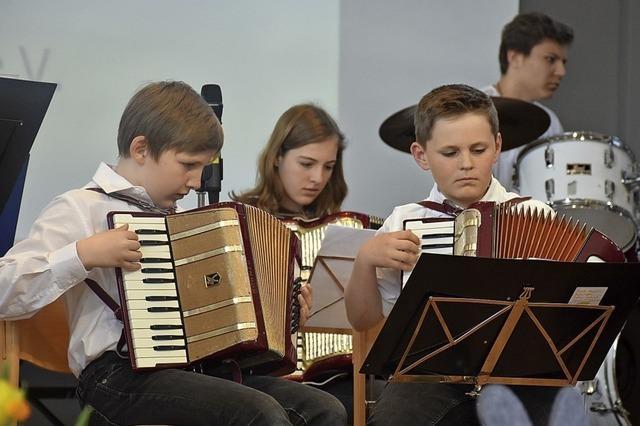 Junge Musiker glänzen am Akkordeon