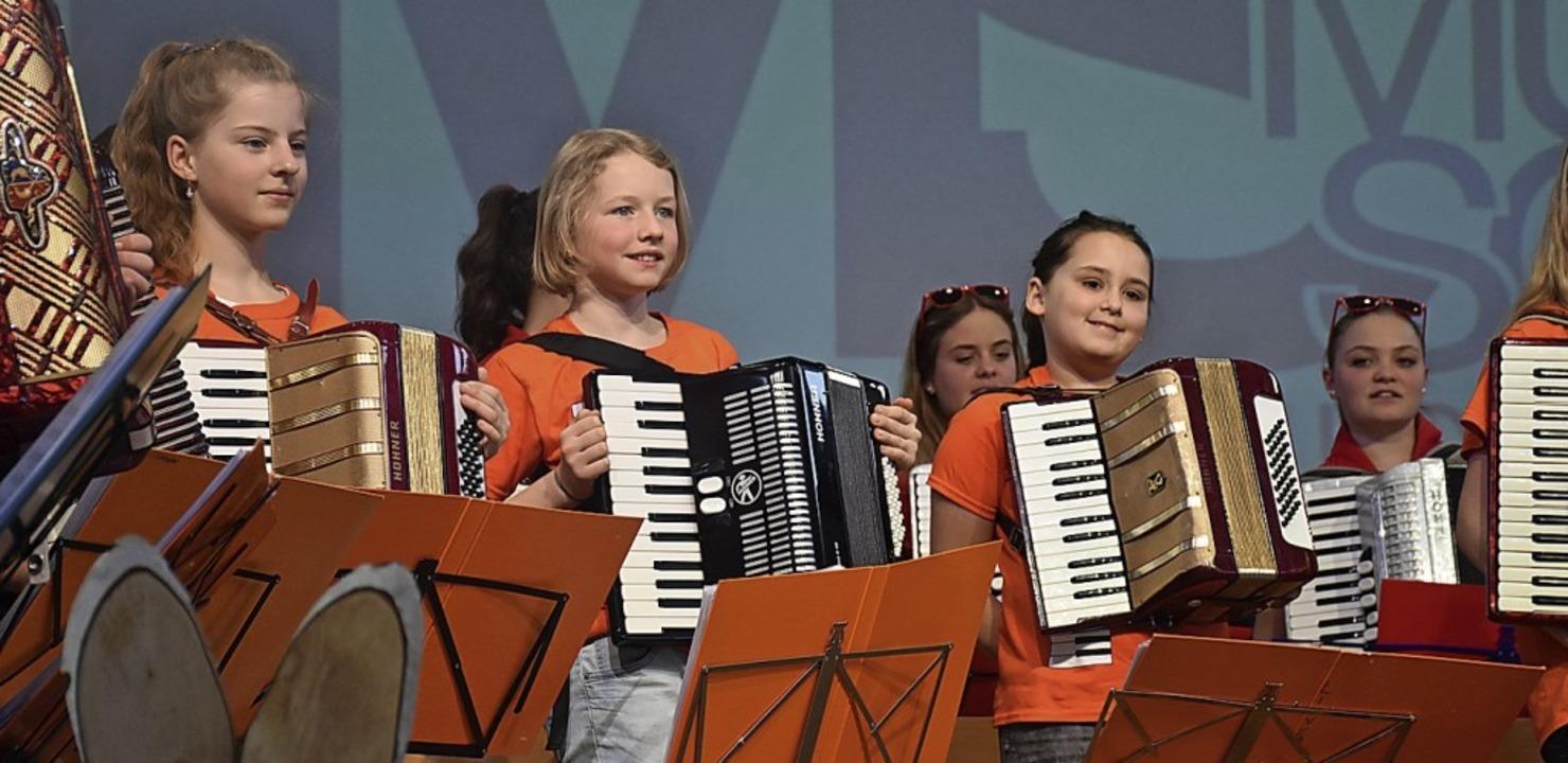 Den Spielerinnen macht das Konzert sichtlich Freude.  | Foto: Thomas Biniossek