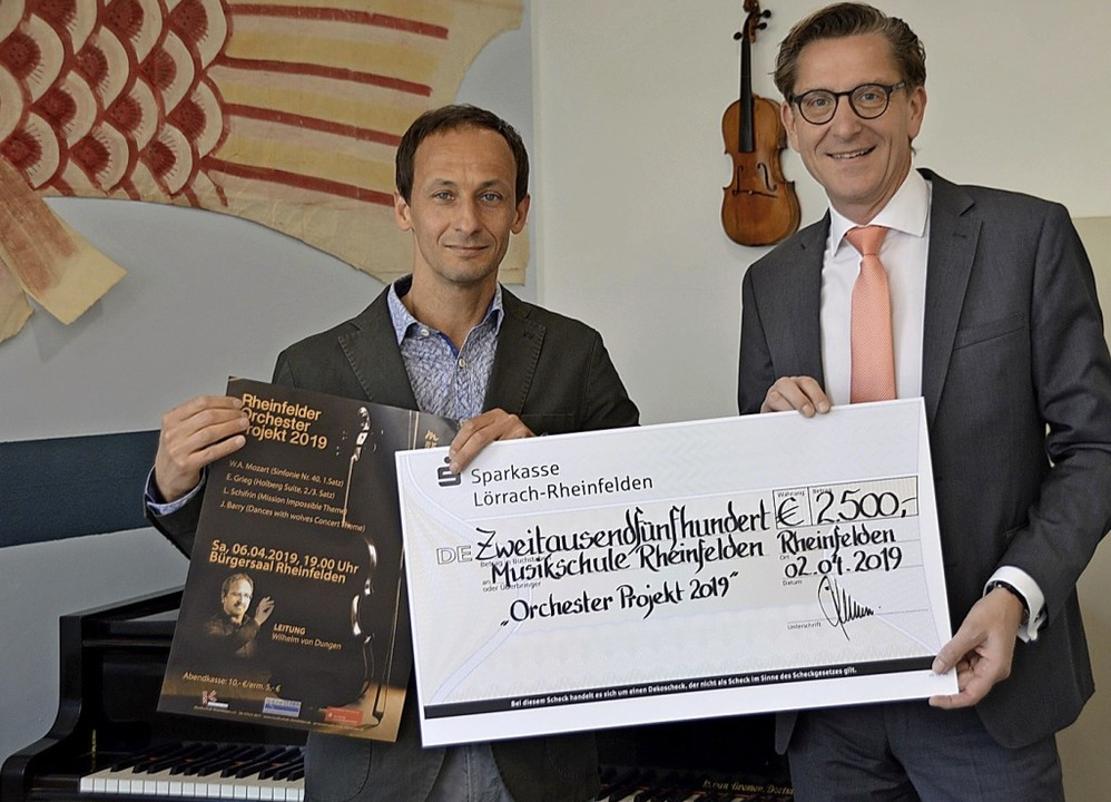 Sparkassenvorstandsmitglied Rainer Lie...en symbolischen Scheck über 2500 Euro.  | Foto: Horatio Gollin