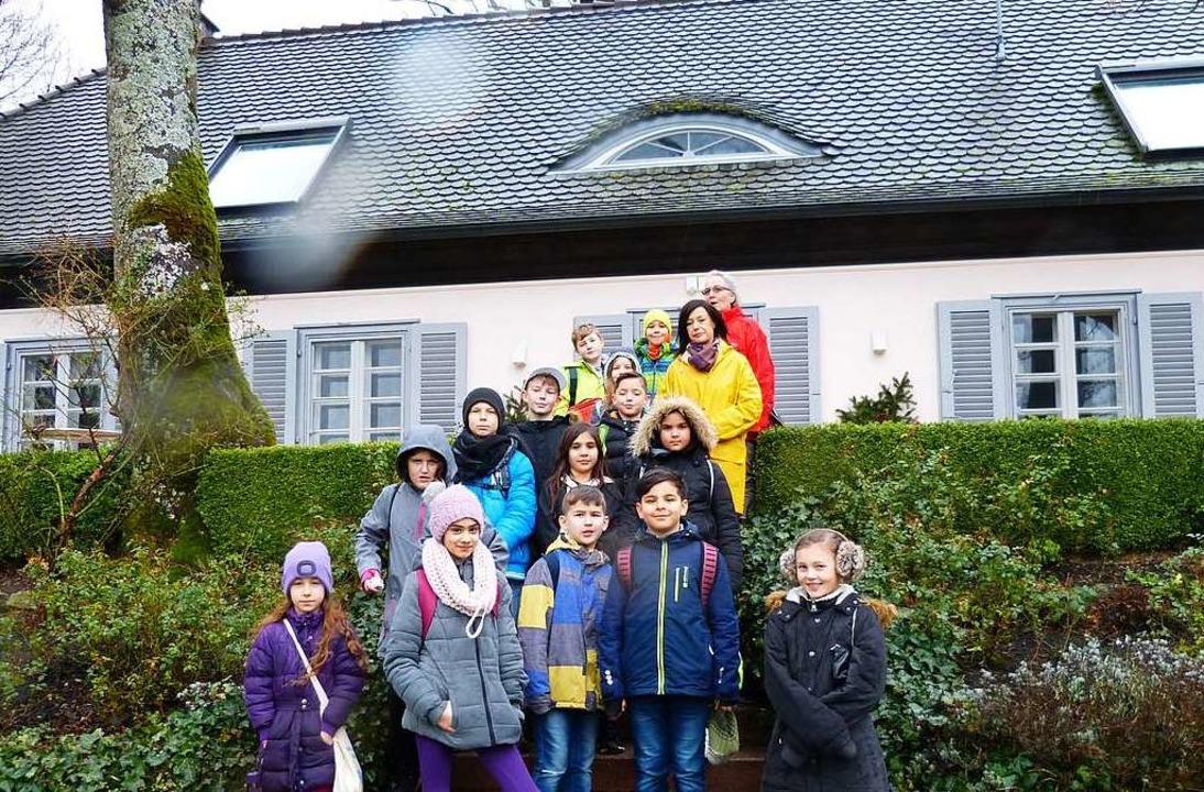 Die Klasse 4d vor René Schickeles Haus in Badenweiler  | Foto: PRivat