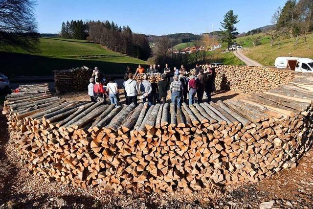 Warum in Schweighausen ein riesiger Kohlemeiler aufgeschichtet wird