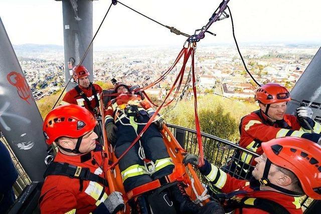 Feuerwehr seilt eine Person aus 30 Metern Höhe vom Schlossbergturm ab – zur Übung