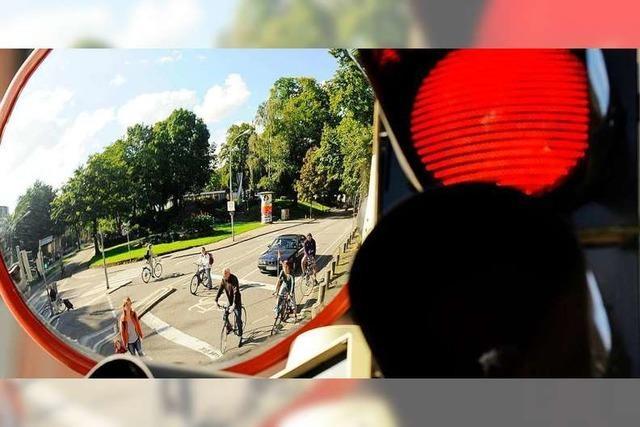 LKW fährt 19-Jähriger Radfahrerin in der Eschholzstraße über den Fuß