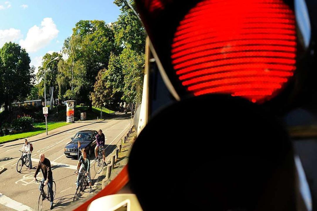 Ein LKW fuhr einer jungen Radlerin übe...uß, als dieser an einer Ampel startete  | Foto: Ingo Schneider