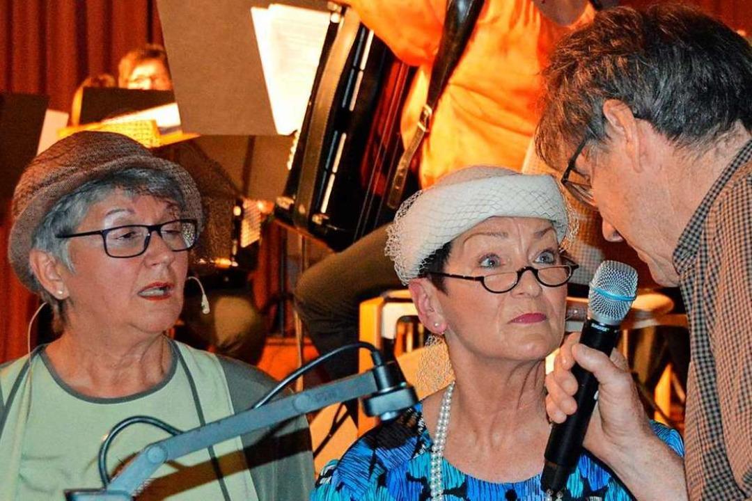 Eva Dilger und Bärbel Strecker moderie... links) erklären, was ein Cartoon ist.    Foto: Gerhard Lück