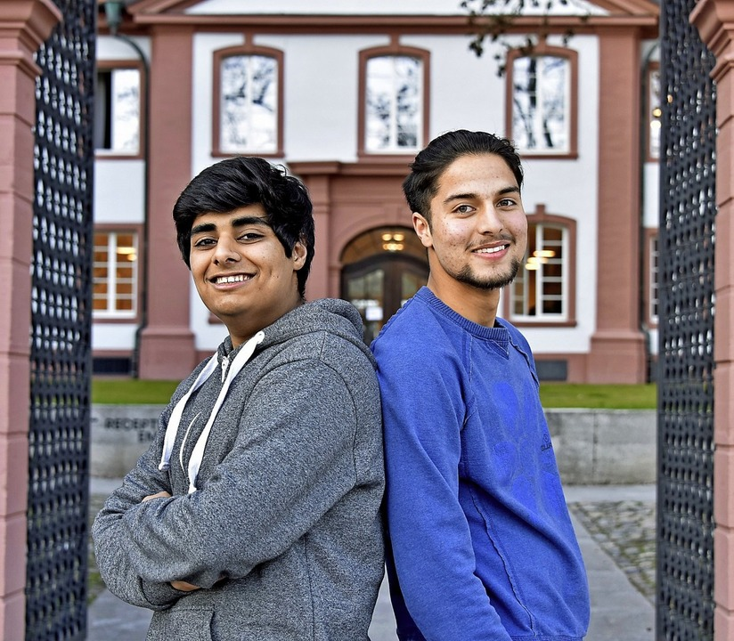 Ibrahim Riaz (links) und Suhail Akram sind beide am UWC in Freiburg.   | Foto: Michael Bamberger