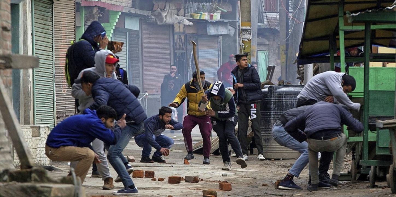 Kaschmirische Demonstranten im Februar...ößen mit indischen Sicherheitskräften   | Foto: dpa