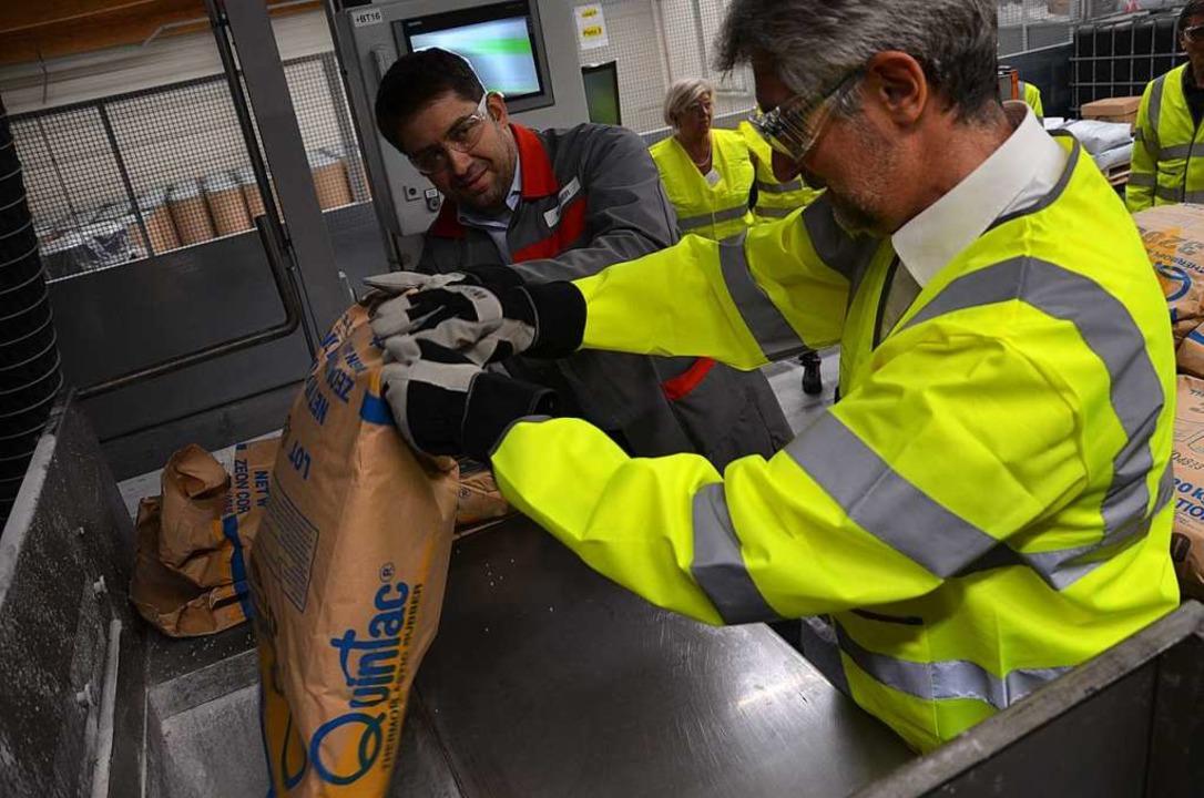Der Werksleiter der Henkel Wehr, Marco...rsten richtigen Produktionsdurchgang.   | Foto: Erika Bader