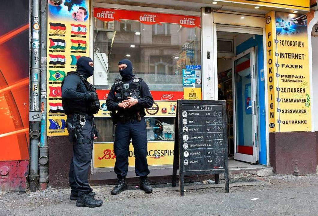 Berliner Polizisten im Einsatz gegen einen mutmaßlich kriminellen Clan   | Foto: dpa