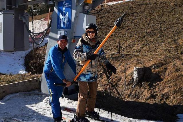 Richard Sütterlin aus Todtnauberg hilft seit 50 Jahren Skifahrern in den Schlepplift