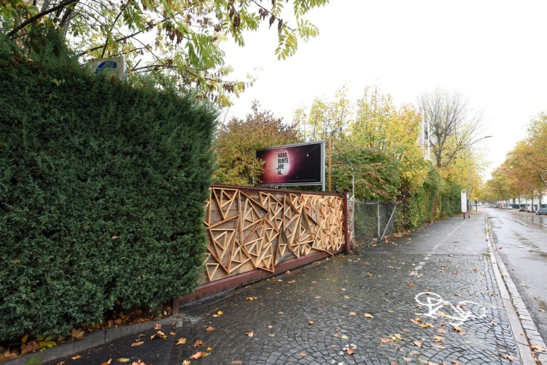 Neben dem Eingang zum Hans-Bunte-Areal...ner die 18-Jährige vergewaltigt haben.  | Foto: Rita Eggstein