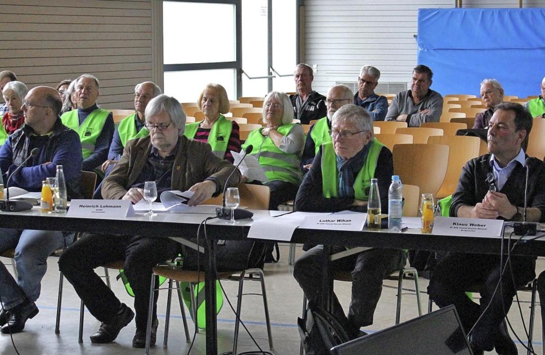 Die Vertreter von BUND und Bürgeriniti...rt und von den Fachleuten beantwortet.  | Foto: Rolf Reißmann