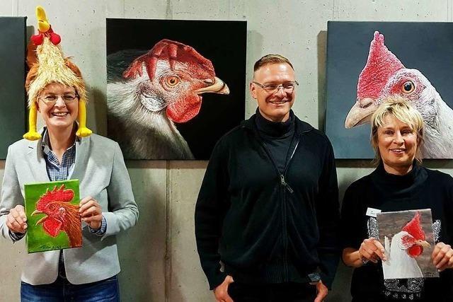 Deutsche Krähmeisterin besucht Hühnerbilder-Ausstellung in Au