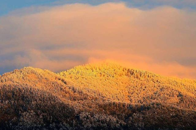 Verschneiter Blauen glüht im Abendlicht