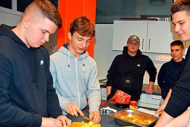 Die Werkrealschule Kirchzarten verkauft am Sonntag ungarische Gulaschsuppe