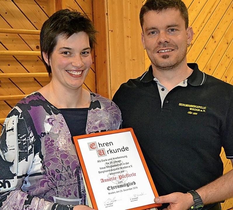 Ehrenmitglied Annette Pfefferle mit  Jakob Dörflinger.  | Foto: Paul Berger