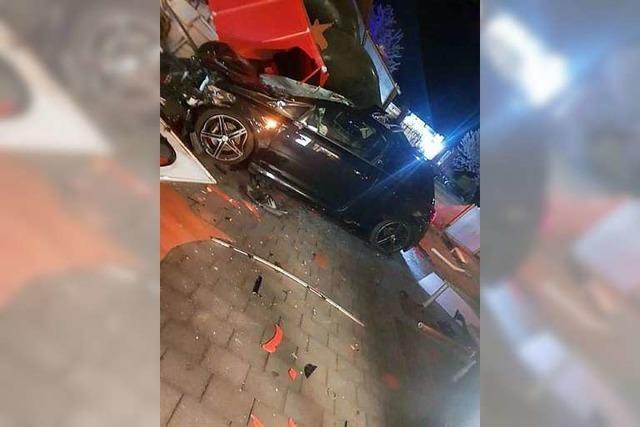 Betrunkener Autofahrer rast über Parkplatz, verletzt einen Restaurantbesucher und zerstört eine Rutsche