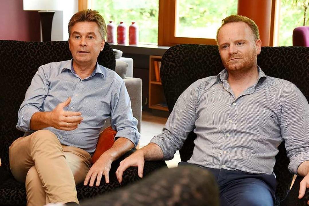 Die Hoteliers Rüdiger Wörnle (links) und Christoph Glück im Gespräch    | Foto: rita Eggstein