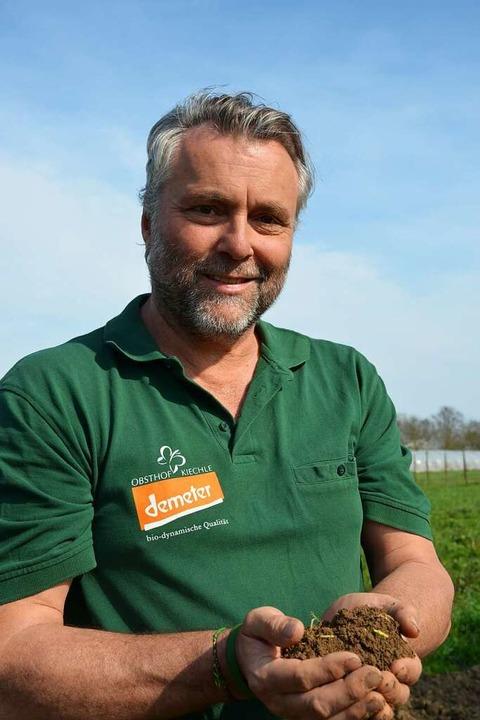 … ihr Mann Bernd Kichele den Bod...genügend Nährstoffe bereithalten soll.  | Foto: Gabriele Hennicke