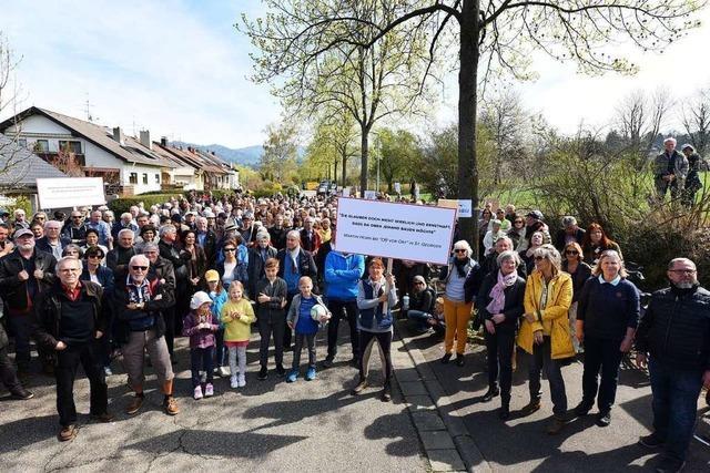 Demonstranten wehren sich gegen geplante Einfachwohnungen