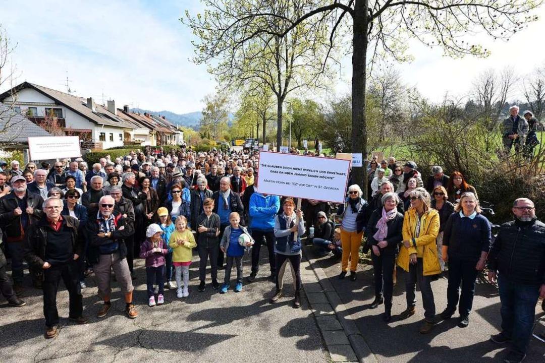 Etwa 500 Demonstranten versammelten sich am Zwiegerackerweg    Foto: Rita Eggstein