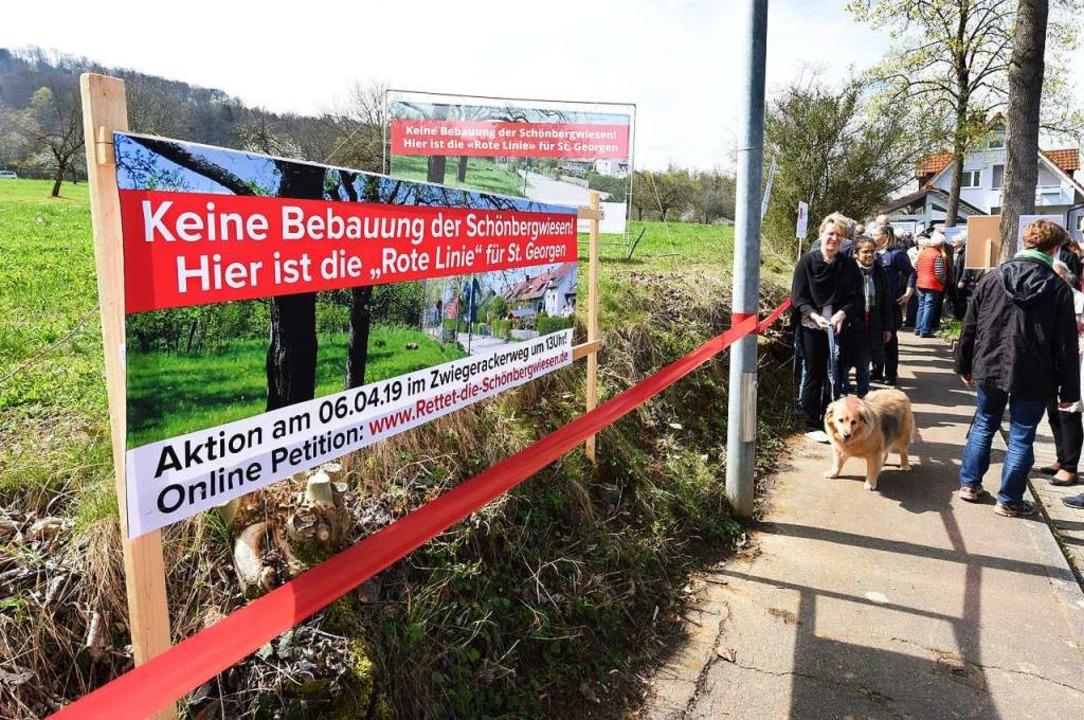 """Rote Linie: """"Bis hierher und nic... Bürgerinitiative und der Bürgerverein    Foto: Rita Eggstein"""