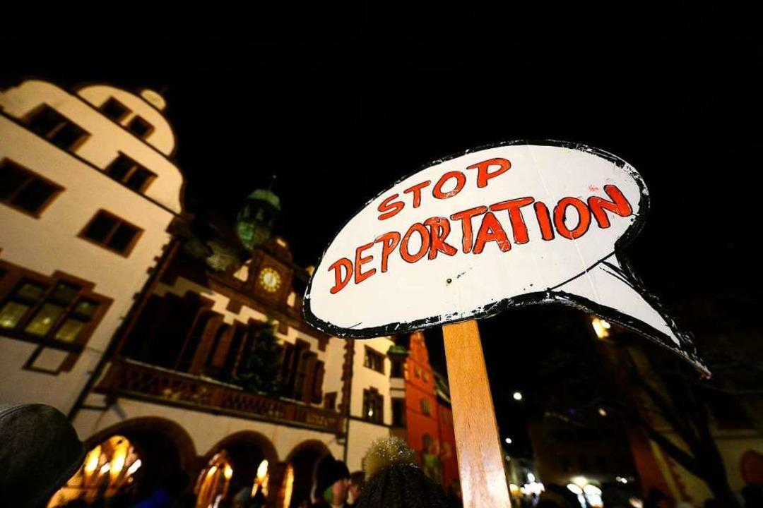 Die Abschiebung gilt als die härteste ...eiburger Rathaus – demonstriert.  | Foto: Ingo Schneider