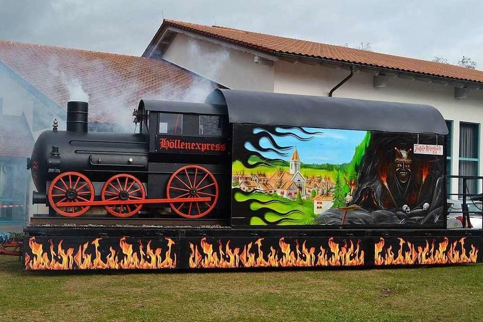 Der Zug der Zeit in Form des Teufelswagens erwartete die Musicalbesucher vor der Halle. (Foto: Liane Schilling)