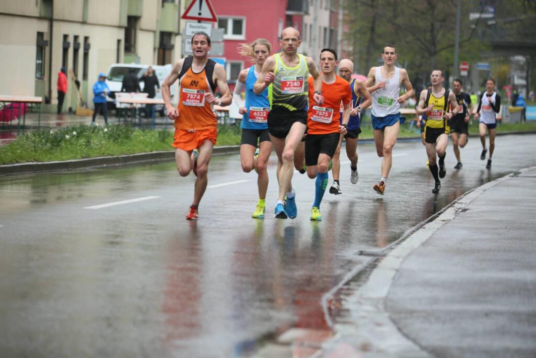 Bei leichtem Regen herrschten für die Läufer ideale Laufbedingungen.  | Foto: Janos Ruf