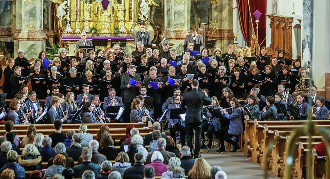Mehr als 100 Musiker fanden Platz in der Pfarrkirche Sankt Bartholomäus.   | Foto: Sandra Decoux-Kone