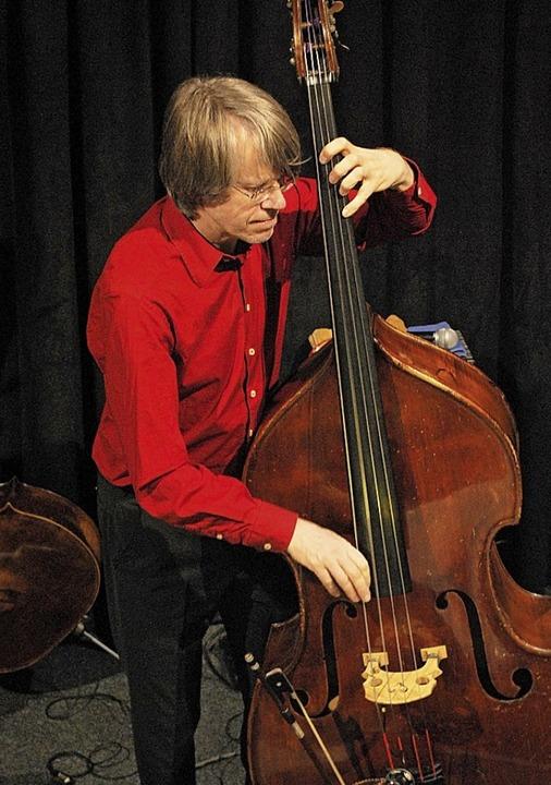 Henning Sieverts wechselte zwischen Cello und Kontrabass.  | Foto: Thomas Loisl Mink
