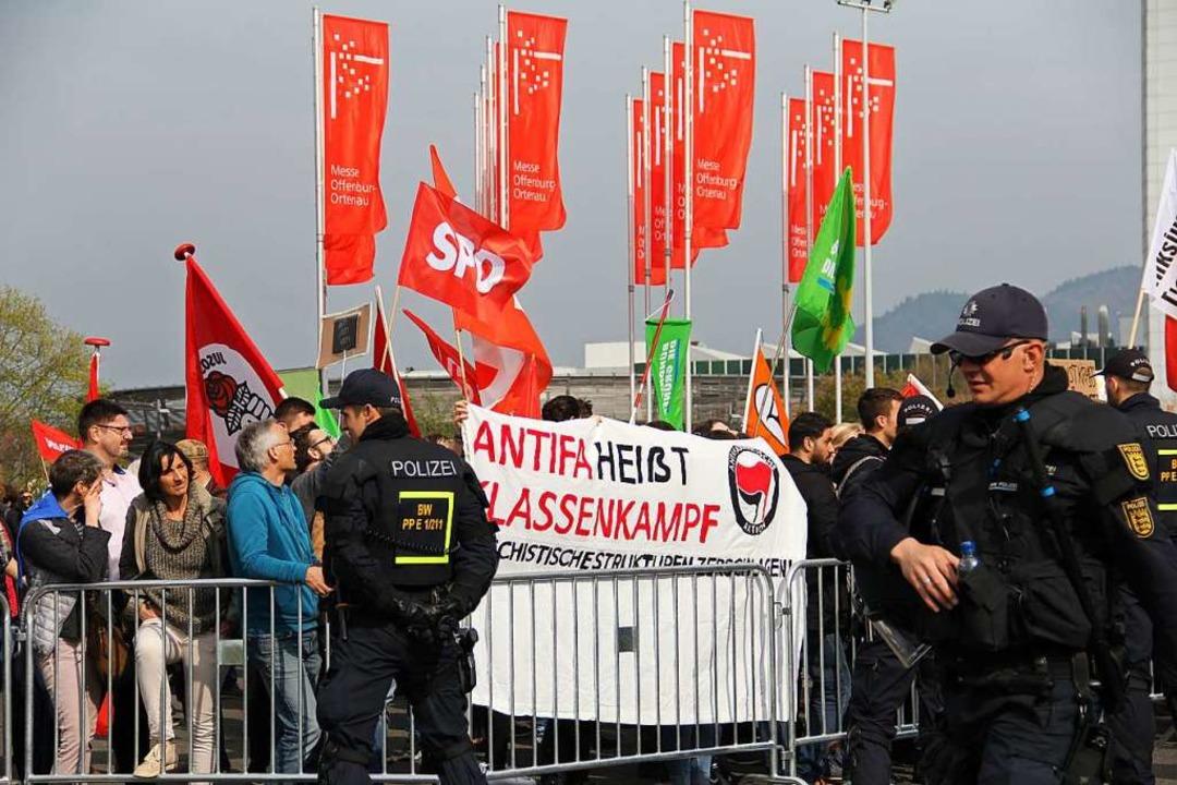 Anders als 2017 beim letzten Auftritt ...dteingang mit den AfD-Farben beflaggt.  | Foto: Judith Reinbold