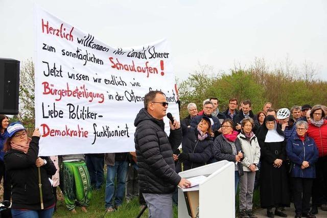 Politiker stellen sich am geplanten Klinikstandort Bürgerprotesten