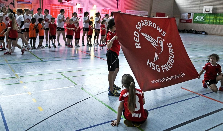 Von den Dächern pfiffen es die Spatzen...SG-Frauen heißen künftig Red Sparrows   | Foto: Seeger
