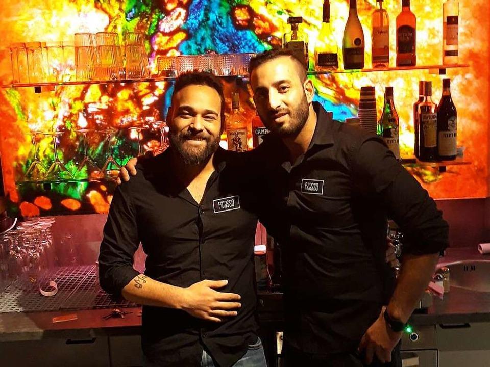 Barkeeper Bobby (links) und Geschäftsführer Baris Demir    Foto: Andreas Meinzer
