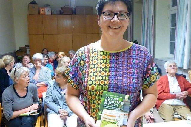 Kräuterpädagogin Petra Rehm-Hug hat ein Buch über Kräuterprodukte geschrieben